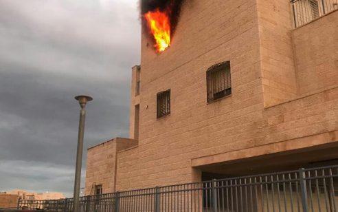 חמישה צוותי כיבוי פועלים בשריפת דירה בבנין בבית שמש – חשש ללכודים