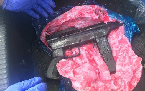 נשק עטוף בניילון בתוך רכב: סוכל עיסקת סחר בנשק יחד עם הרובה והתחמושת – 3 ערבים נעצרו