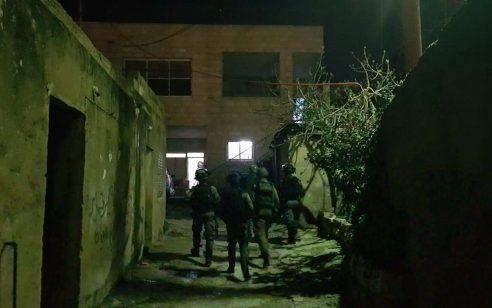 """כוחות צה""""ל סוגרים על בית ברמאללה וקוראים לתושבים בתוכו להסגיר עצמו. כוחות גדולים של צהל ברמאללה."""