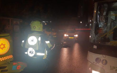 רוכב אופניים חשמליים כבן 26 נפגע מאוטובוס בפתח תקווה – מצבו בינוני