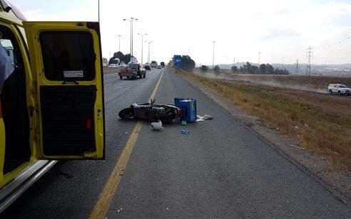 רוכבת אופנוע בת 45 החליקה ביציאה מכביש 20 – מצבה בינוני עד קשה