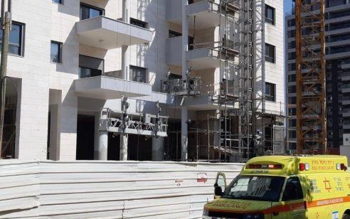 פועל כבן 40 נהרג באתר בניה בהוד השרון
