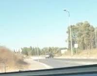 עוקף מהשוליים ונוסע נגד כיוון התנועה: ערבי מערערה בן 19 נעצר לאחר שנהג מבלי שהוציא רישיון נהיגה וסיכן אחרים – צפו בתיעוד