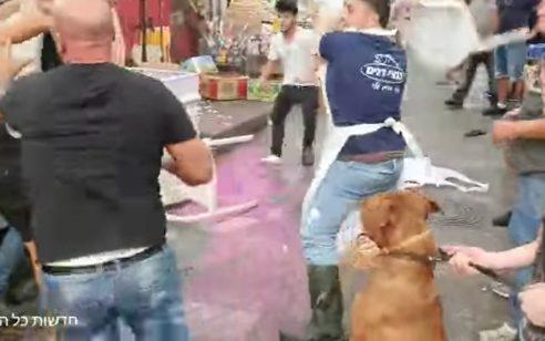 טרנד הכיסאות הגיע לשוק מחנה יהודה בירושלים: קטטה אלימה בשוק מחנה יהודה בגלל כלב