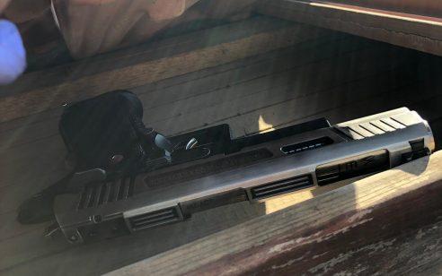 אקדחים, רימונים ומטעני חבלה אותרו מוסלקים על גג בית כנסת בהרצליה