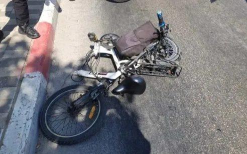 רוכב אופניים חשמליים כבן 70 נפגע מרכב בכביש 44 סמוך לחולון – מצבו בינוני