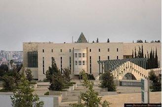 אירוע חריג בבית המשפט העליון בירושלים: אישה נדקרה ונפצעה קל, חשודה נעצרה – הרקע פלילי