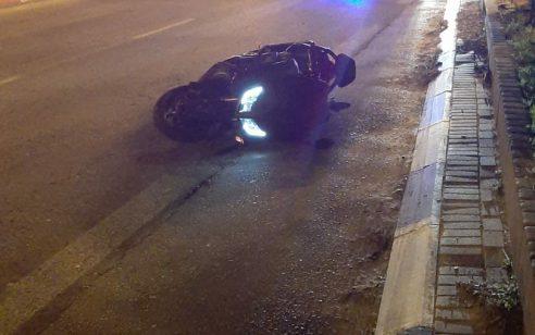 שני צעירים נפצעו בינוני וקל לאחר שהחליקו עם אופנוע בפתח תקווה