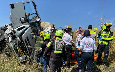 נהג משאית נפצע בינוני עד קשה בתאונה עצמית בכביש 6