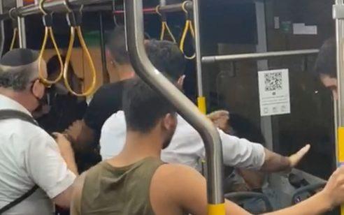 """קטטה בין נהג אוטובוס לנוסע בקו 66: """"האוטובוסים הפכו לסיר לחץ""""   תיעוד"""