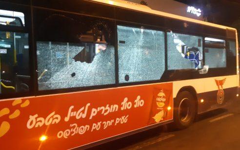 מחאות אלימות על מות איאד אל-חאלק: אוטובוס נרגם באבנים וצמיגים הוצתו ביפו – 6 עצורים בהפגנה בירושלים