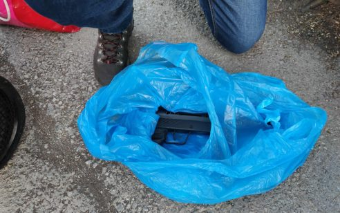 שני חשודים בסחר באמצעי לחימה נעצרו כשברכבם אותרו 2 כלי נשק מאולתרים מסוג קרלו