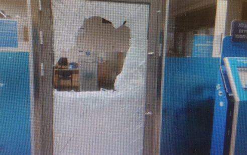 שוטרים שהוזעקו לאירוע פריצה בטבריה איתרו פורץ בן 28 בתוך בנק לאומי – ועצרו אותו