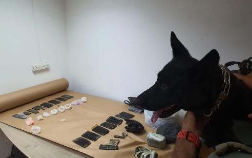כמות גדולה של סמים נתפסו הלילה פשיטה של כוחות משטרה על בית בחברון