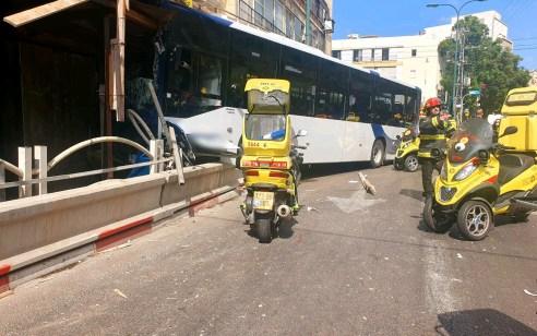 אוטובוס התנגש בבניין בגבעתיים – ארבעה נפצעו בינוני וקל