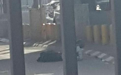מחבל ניסה לדקור מאבטח במחסום קלנדיה ונוטרל בירי – מצבו בינוני | תיעוד