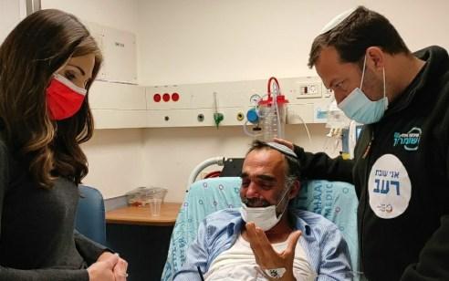 """עומר ינקלביץ ביקרה את איתי זר בבית החולים: """"אעשה כל שביכולתי למען ההתיישבות הצעירה"""""""