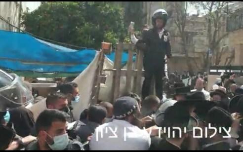 ירושלים: עשרות תושבים התעמתו עם שוטרים ואנשי רווחה שהגיעו לשכונת גאולה – 3 מפגינים נעצרו